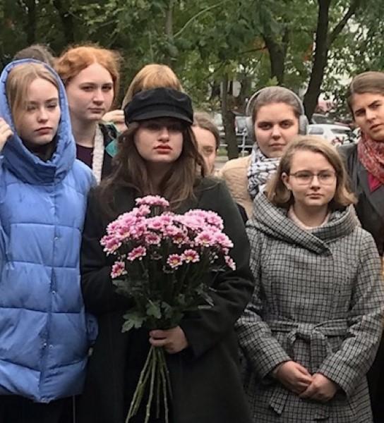 Возложение цветов к стеле Памяти в Новокосино